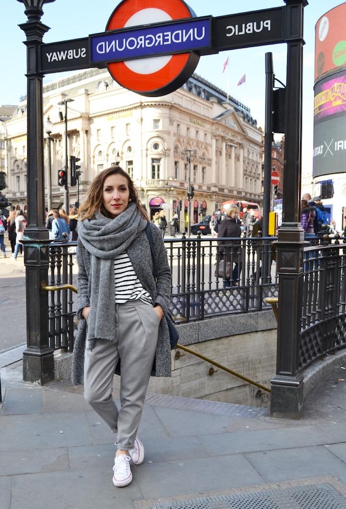 Londres station picadily, femme habillée en gris, automne vetement femme chic, automne tenue décontractée chic femme