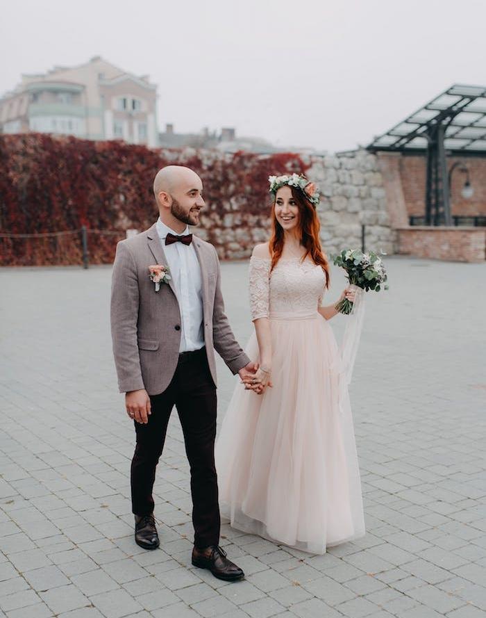 choisir le thème de son mariage, tenue de mariés, robe de mariée couleur rose, bouquet et couronne de mariée, tenue mariage champetre chic