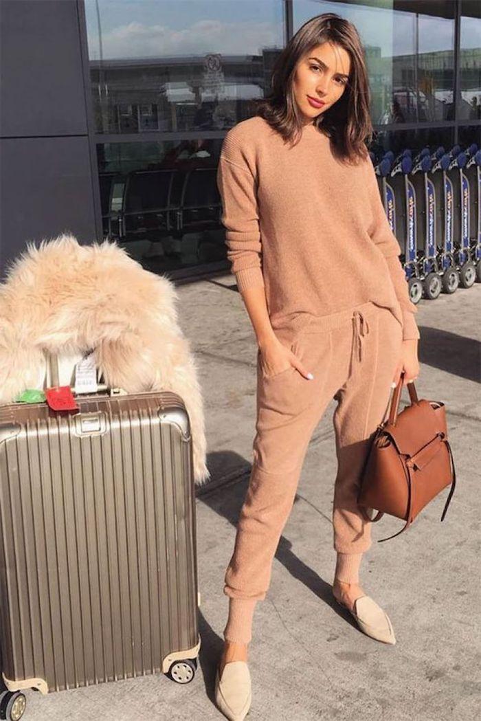 Beige vetement sportive pour prendre l'avion, tenue chic femme, pantalon taille haute femme