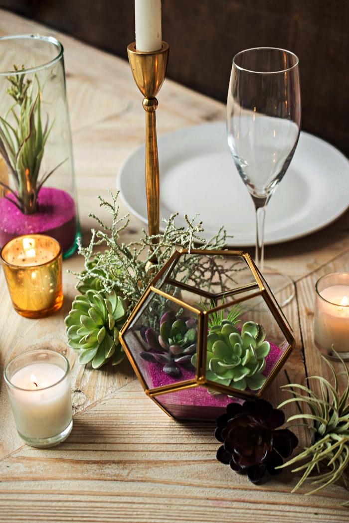 terrarium géométrique avec plantes grasses et un fond de sable couleur rose fuchsia, centre de table terrarium à faire soi même
