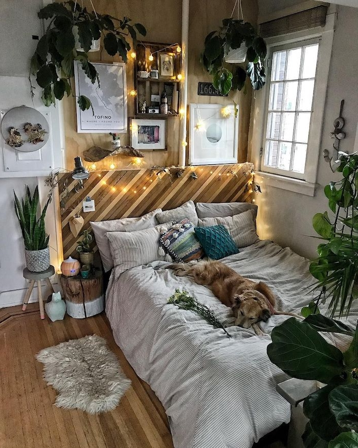 deco boheme de chambre avec table de nuit tronc d arbre, tete de lit bous recyclé décorée de guirlande lumineuse, pots de plantes suspendus, pan de mur bois, deco jungle originale