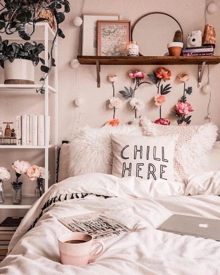 étagère de bois end essus de lit cosy recouvert de parure de lit blanche, tete de lit en fleurs, chevet en étagère blanche pour livres et plantes