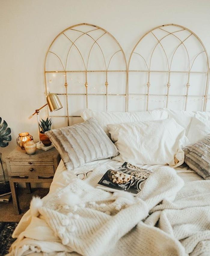 tete de lit en cadre de fenetre recyclé, linge de lit style scandinave en blanc, table de nuit bois brut patiné, bougie deocrative, lampe laiton