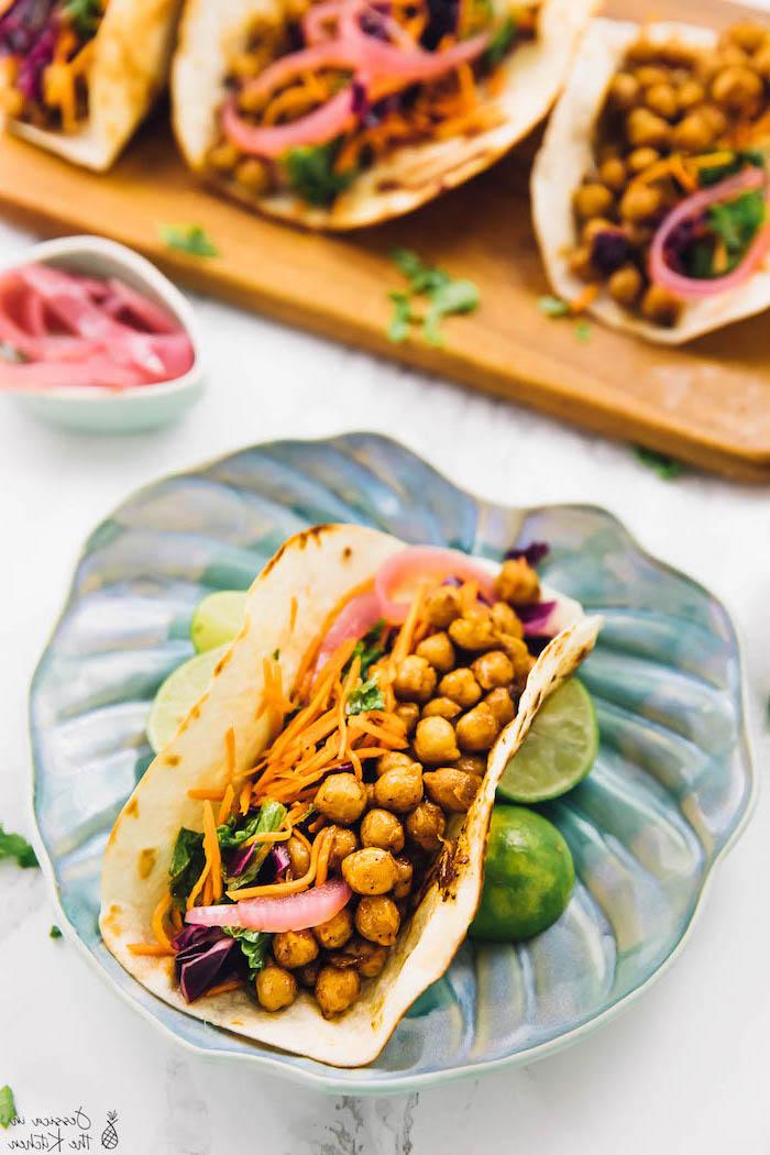 wraps de tortillas végétariens aux pois chiches, carottes, oignon rouge et salade de chou kale et chou rouge