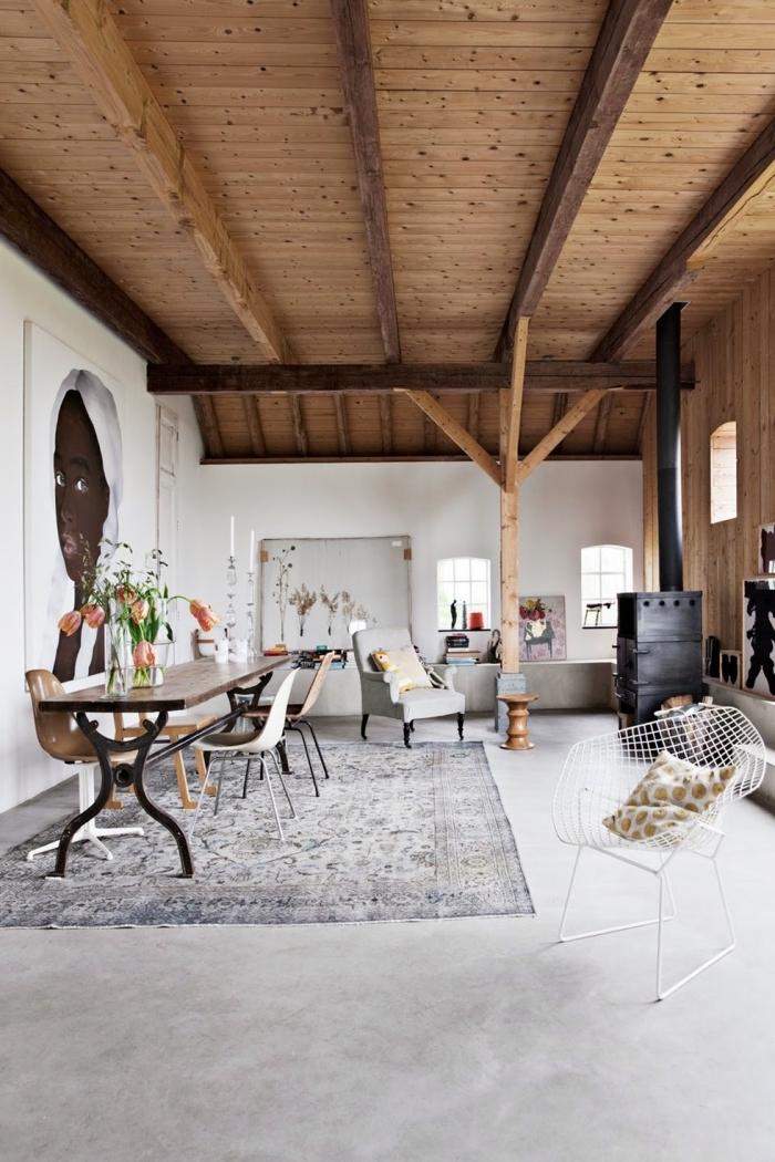 renovation maison ancienne, décoration moderne en blanc et bois avec accents noirs, déco pièce blanche au sol ciment