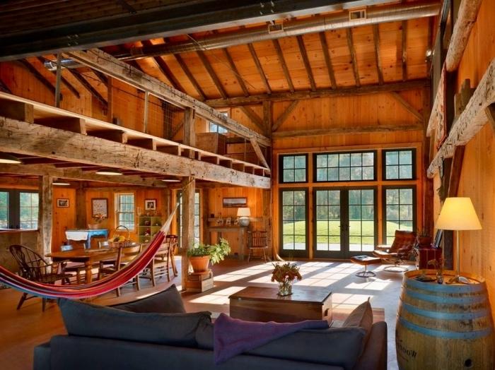 idée renovation grange, décoration loft rustique aux murs et sol en bois marron, design salon rustique avec meubles bois