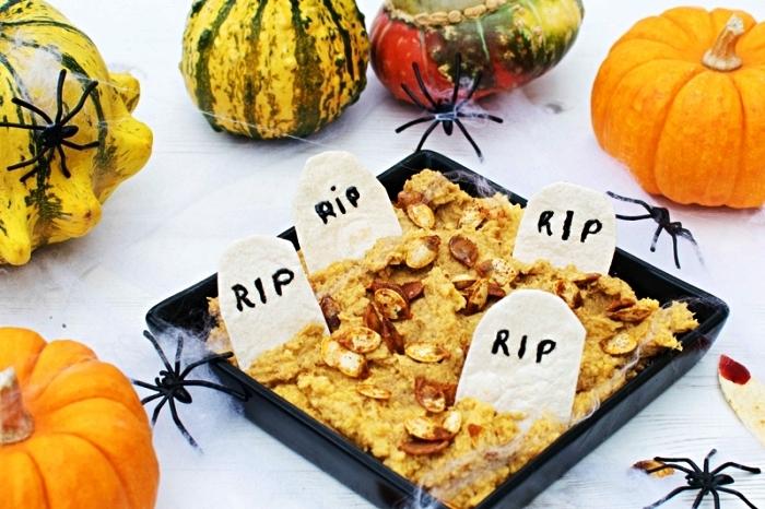 cimetière d'halloween en trempette aux graines de citrouilles avec chips tortillas en pierres tombales, recette d'halloween effrayante pour le buffet thématique