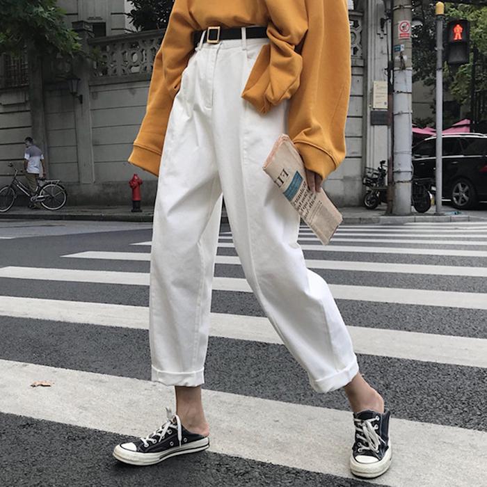 Tenue pantalon blanc femme, idée comment s'habiller style décontracté, tenue pantalon a carreau femme et blouson jaune