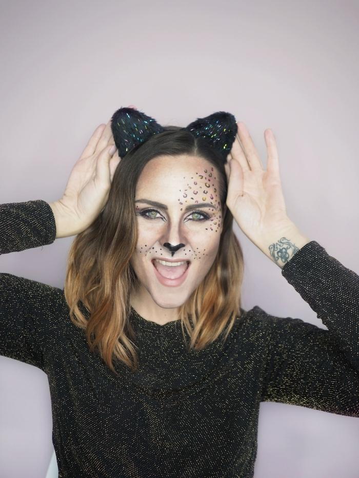 deguisement halloween femme en chat noir, maquillage visage de léopard avec eyeliner noir et contouring visage