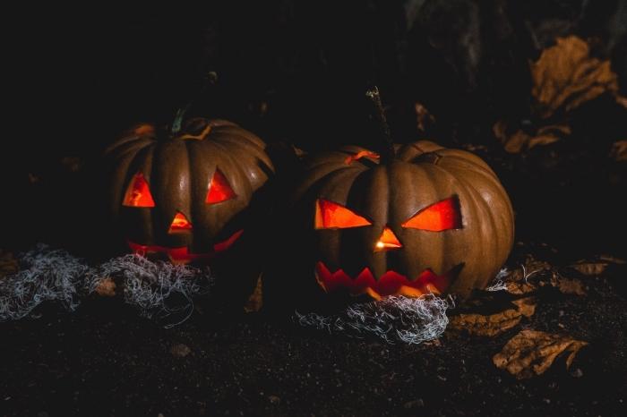 idée fond d écran horreur pour ordinateur, modèle de citrouille sculptée DIY avec bougie, activité manuelle Halloween
