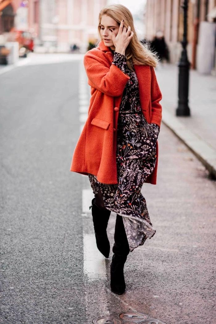 Manteau rouge et robe longue fleurie fendue, idée comment porter une robe longue d'hiver, comment s'habiller en hiver