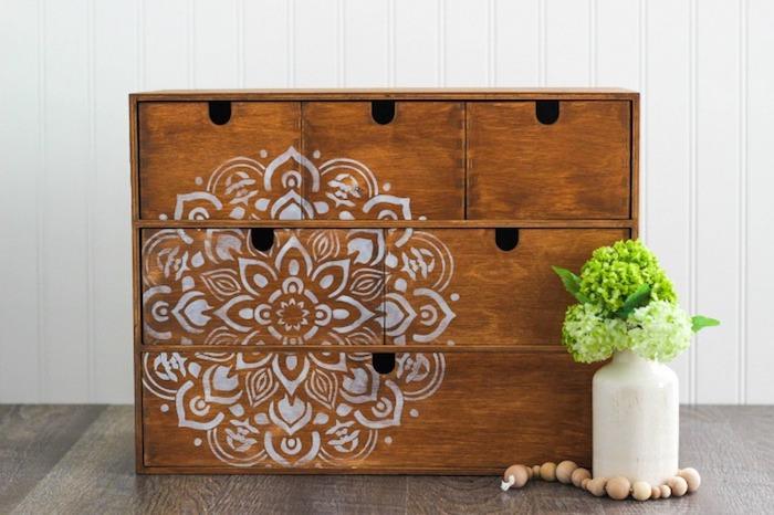 Résultat de peinture meuble placard petit en bois, quelle peinture pour repeindre un meuble en bois, pochoir mandala
