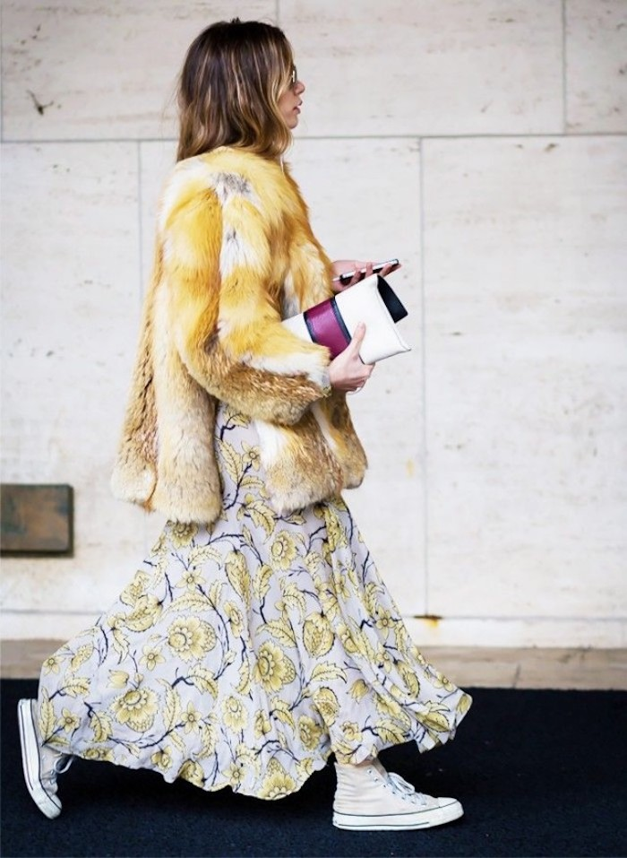 Veste fausse fourrure jaune et robe bohème chic hiver à motif fleurie, bleue robe à jaunes fleurs, tenue d'hiver parfait au style bohème