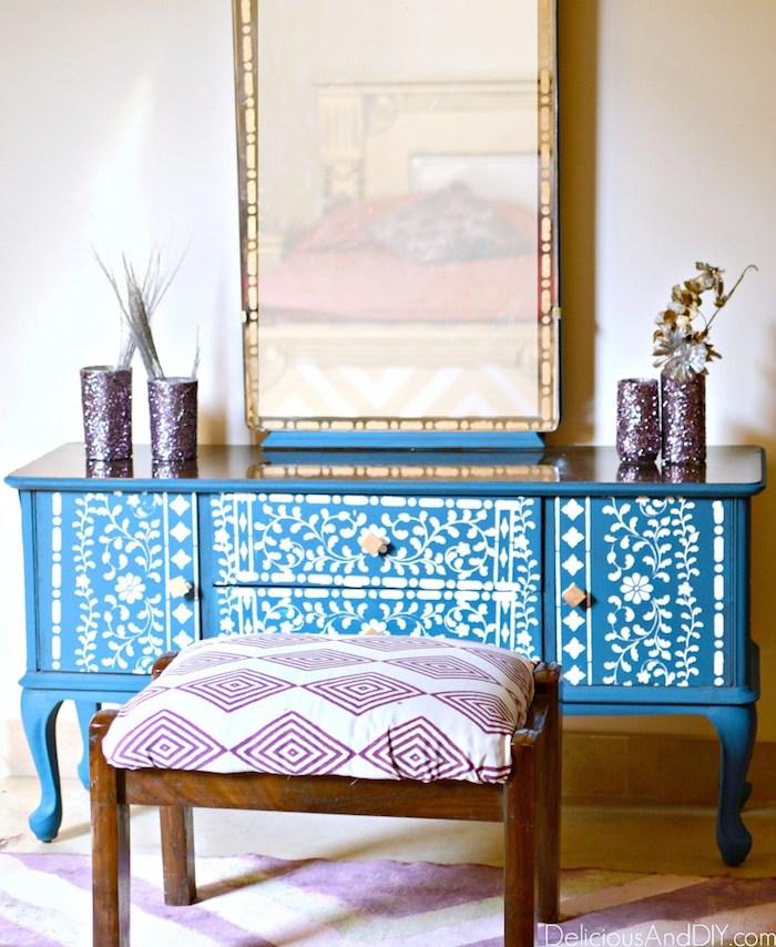 Bleu cabinet bas avec miroir en top décoré de fleurs blanches, repeindre un meuble, idée peinture meuble cuisine ou salon