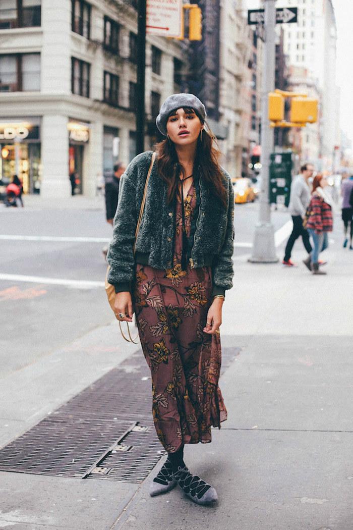 Béret gris, robe bohème chic, manteau fausse fourrure, robe longue hiver, tenue chic pour femme stylée à New York