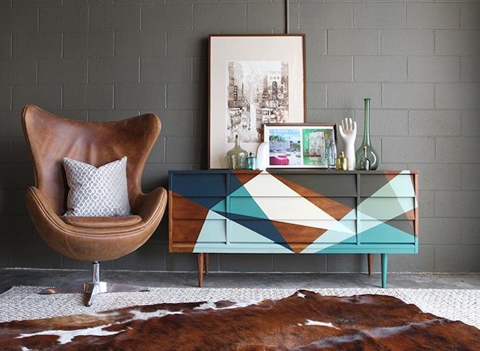 Salon déco simple, fauteuil en cuir brune, peinture meuble bois, relooking meuble bois, idée peinture meuble coloré géométrique