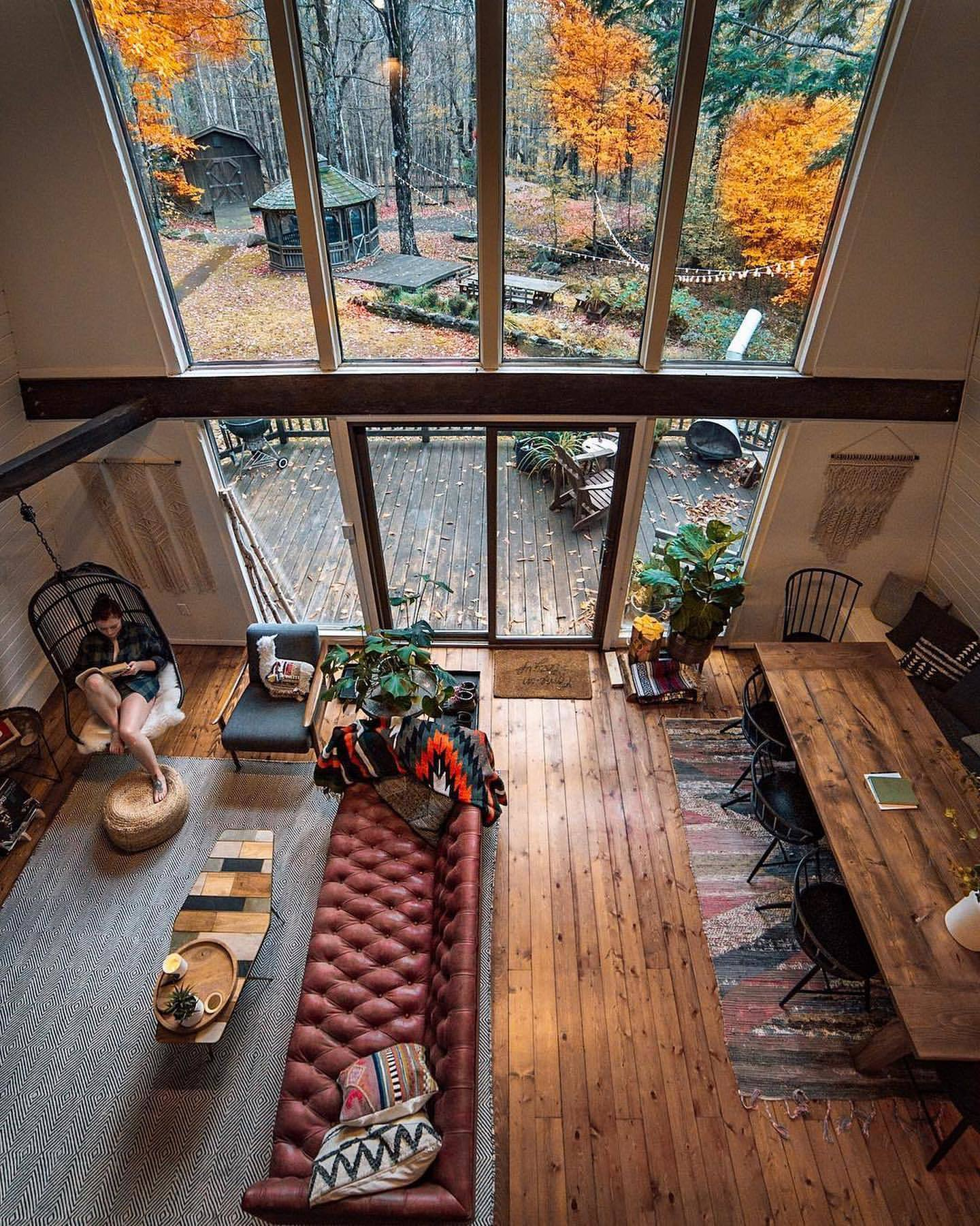 Grand salon de chalet deux niveaux, haut toit mur en verre, deco montagne, décoration chambre à coucher rustique