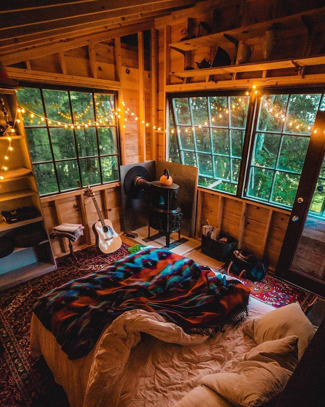Guirlande lumineuse intérieur chalet bois, lit grand avec couverture hippie chic déco chalet montagne, cool idée comment décorer une chambre à coucher cosy