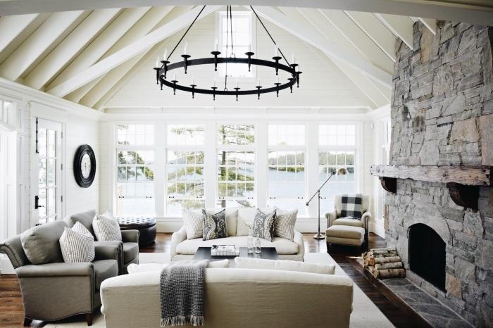 déco maison campagne avec vue sur un lac, exemple de toit cathédrale avec poutres bois blancs et panneaux blancs
