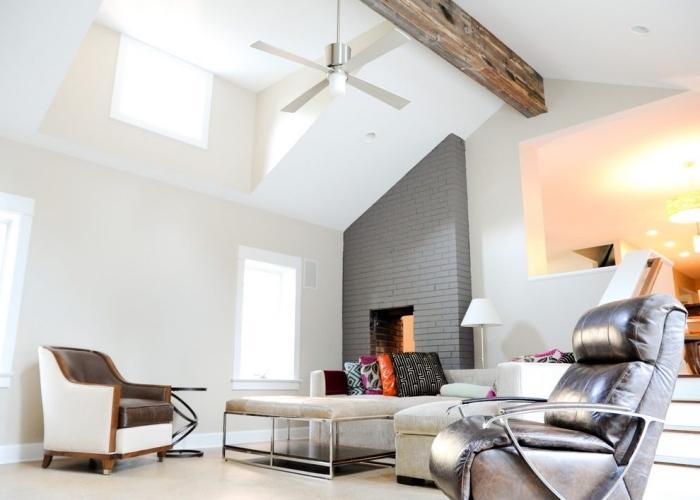 design intérieur moderne dans un salon blanc et gris avec accents métal et cuir, exemple d'amenagement salon blanc