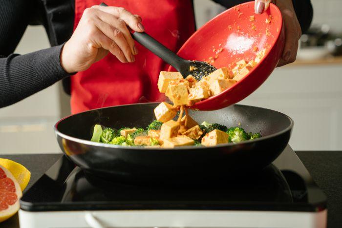 verser le tofu mariné aux brocolis, idee comment faire repas du soir vegan simple et rapide