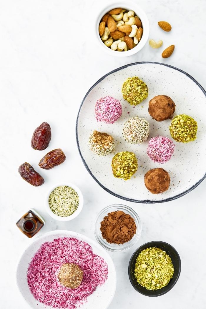 régime cétogène menu, collation saine aux amandes, noix de cajou, poudre de cacao, dattes et topping pistaches, flacons de noix de coco blanc et rose