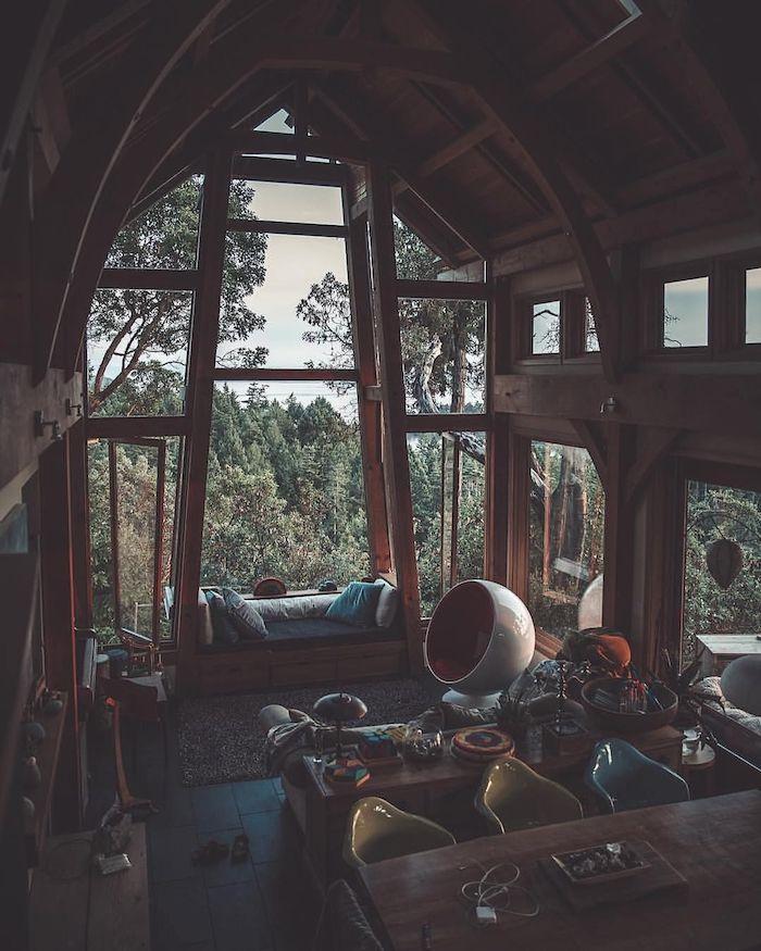 Vue magnifique arbres vertes, interieur chalet, déco chalet cozy chambre bois table à manger longue, chaises colorés