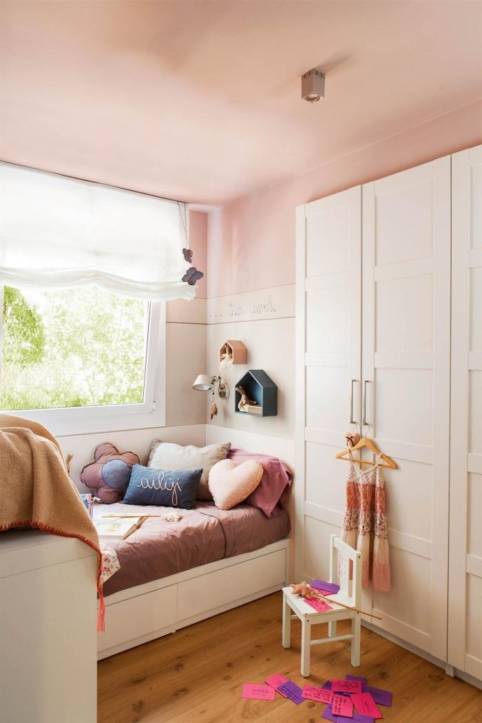 chambre de couleur rose pastel aménagée avec meubles bois, exemple chambre petite fille aux murs roses et sol bois