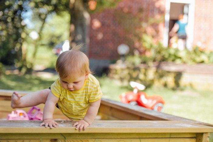 bas à sable à installer dans le jardin pour faire un aire de jeux en plein air pour petit bambin