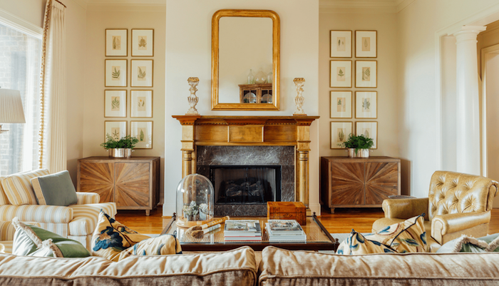 repeindre un mur de salon de couleur ecru, idée cheminée vintage décorative, accents laiton, grand canapé et fauteuils confortables
