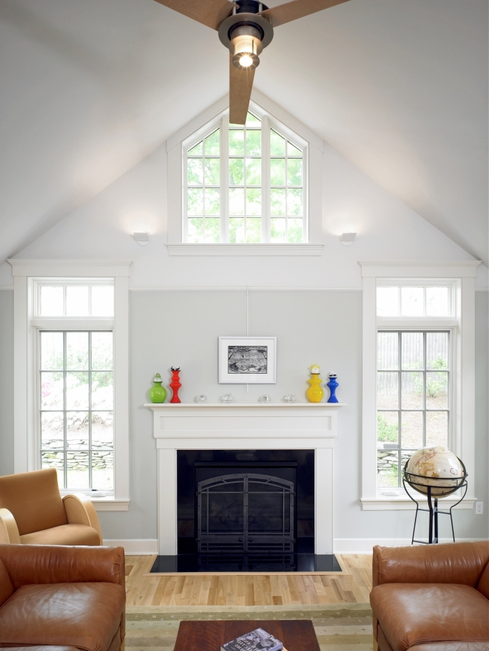 comment décorer un salon sejour cathédrale à plafond blanc deux pentes, idée salon cozy avec meubles cuir et sol bois
