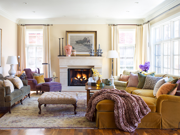 canapé jaune moutarde, tapis oriental, canapé gris, cheminée moderne pour amenager un salon cocoonig moderne, plaid tricot, murs couleur ecru