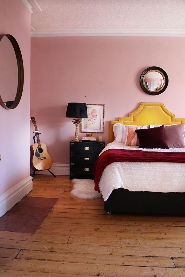 idée deco chambre romantique, modèle tête de lit originale en cuir jaune, décoration chambre rose et noir mat