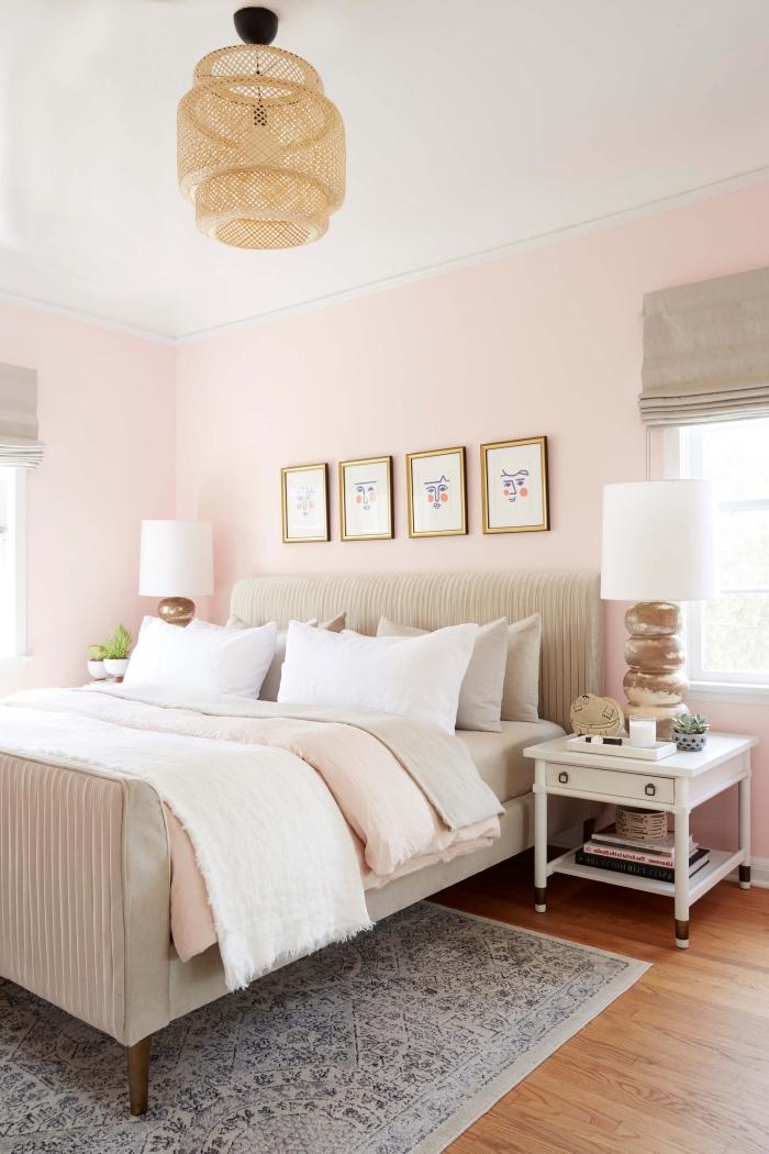 idée chambre gris et rose au plafond blanc avec parquet bois marron et meubles blancs, modèle tête de lit beige