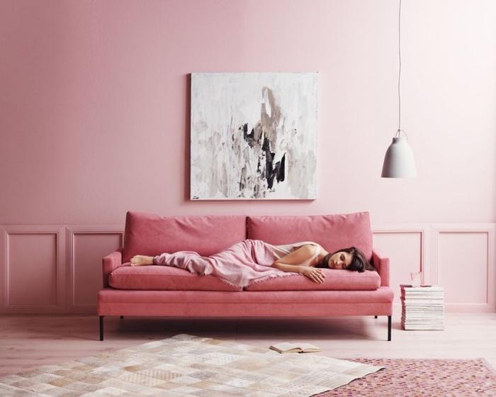 design minimaliste dans une chambre rose poudré avec coin de repos aménagé avec canapé rose, idée déco féminine en nuances de rose