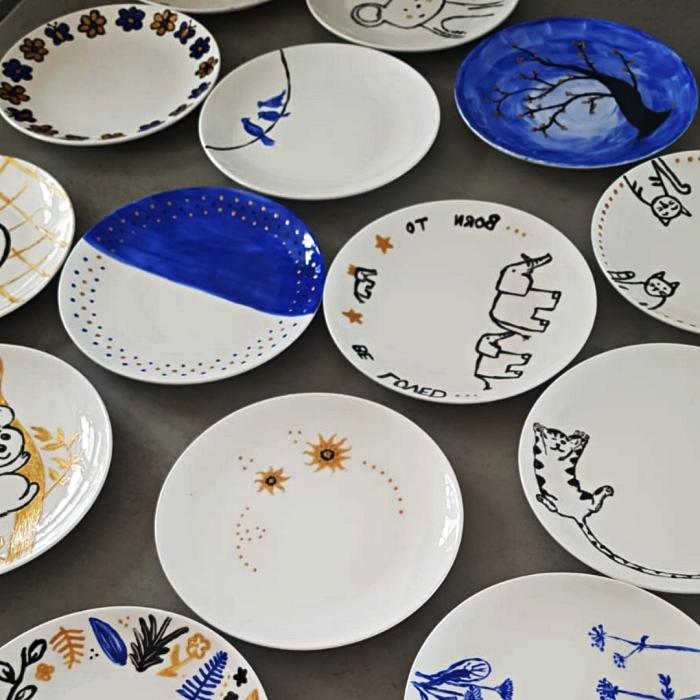 assiettes en céramique blanches décorées avec de la peinture à porcelaine, peindre sur des assiettes blanches