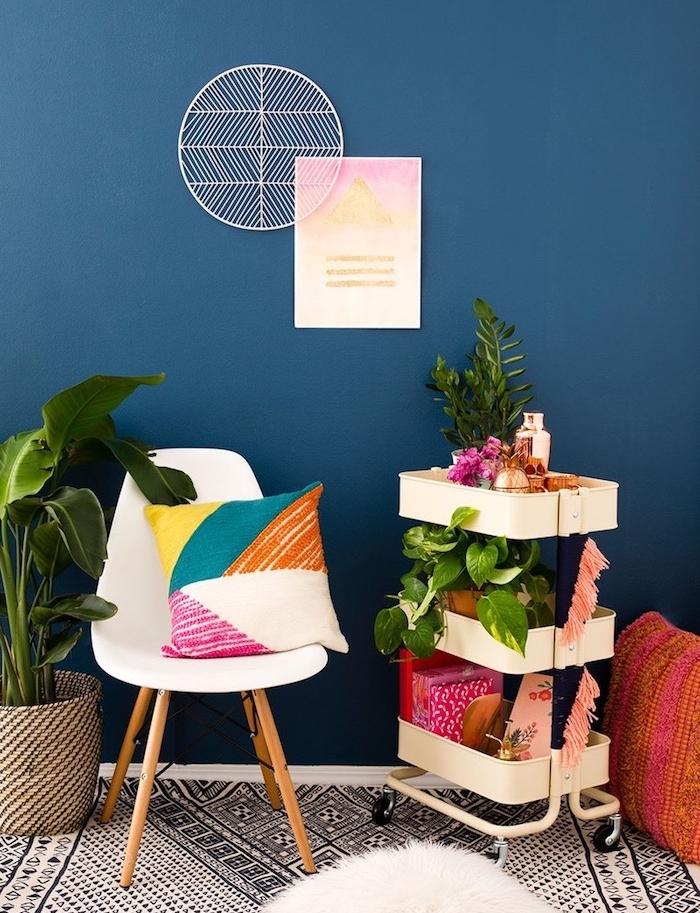customiser meuble avec pompons à franges, idée comment relooker une desserte rangement livres, accessoires et plantes dans un salon boheme
