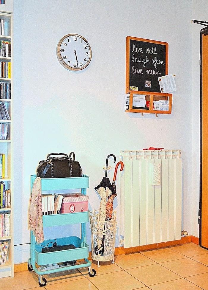 idée aménagement entrée, meuble ikea desserte bleue avec espace pour ranger sacs à mains, chaussures, ikea meuble chaussure