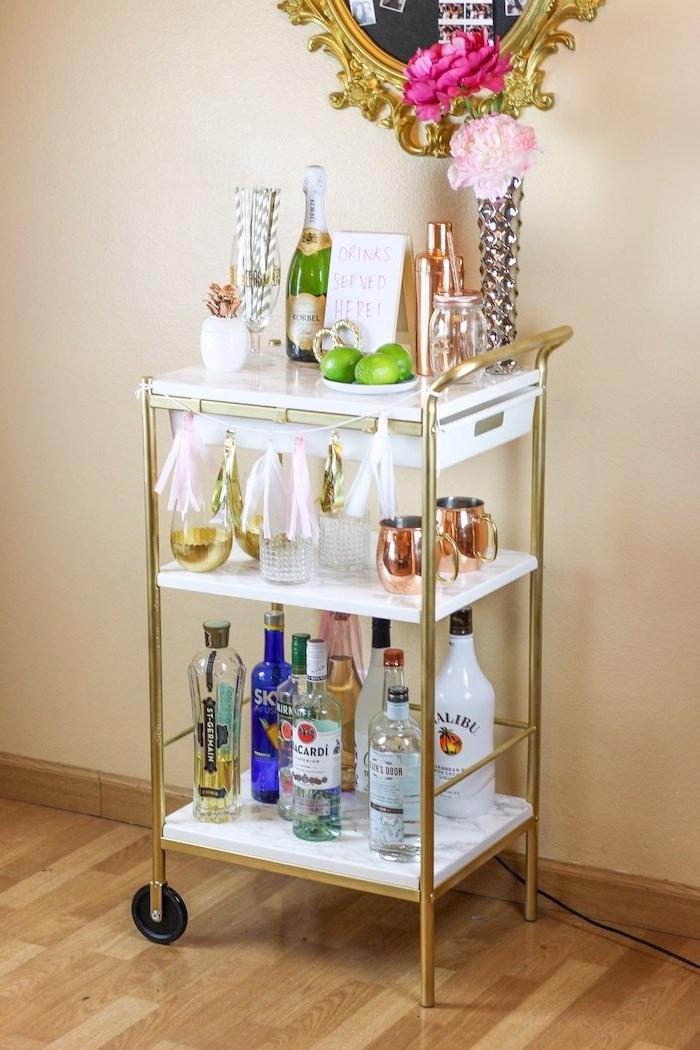 desserte ikea marbre et or sur un parquet bois, idee mini bar diy amovible avec boissons, verres, decoration de pompons à frange