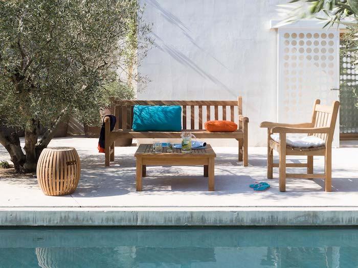 Banc en bois et table basse salon de jardin design, idée terrasse avec piscine, arbre olivier