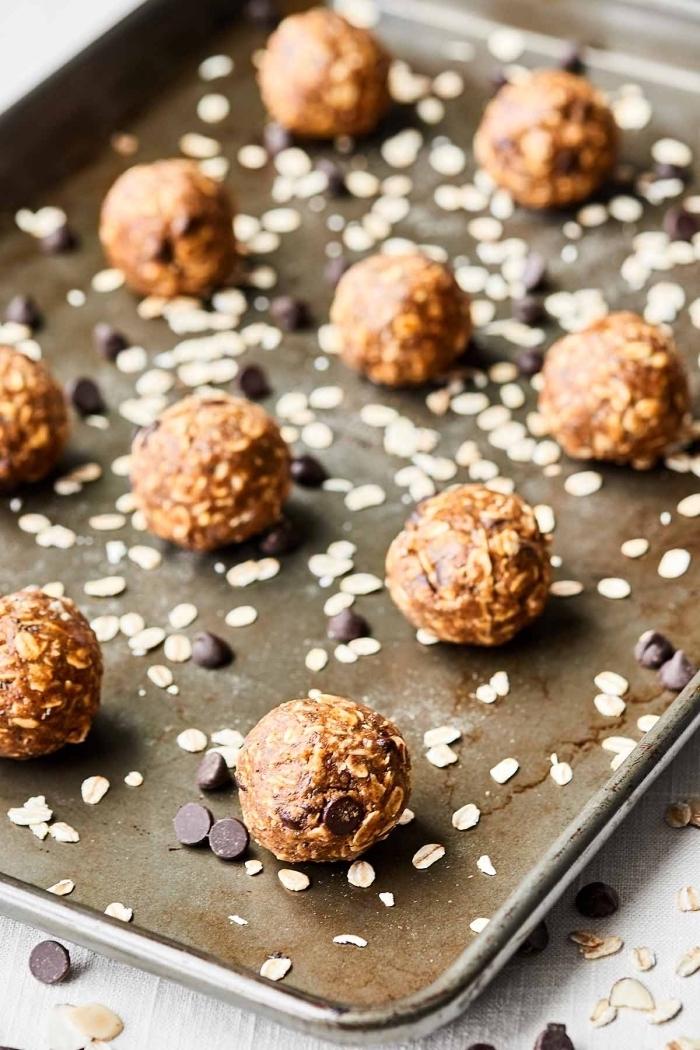 pepites de chocolat, beurre de cacahuete et flacons d avoine pour concocter des energy balls sains protéinés
