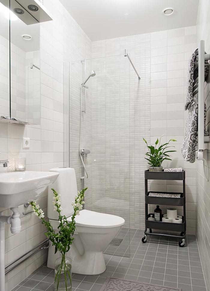 exemple astuce rangement salle de bain gris et blanc avec carrelage gris, lavabo blanc et desserte grise, bidouille ikea