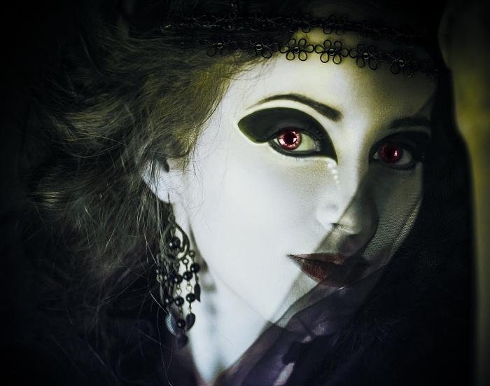 idée pour un maquillage vampire à teint blanc et fards à paupières noirs, look Halloween en déguisement vampire