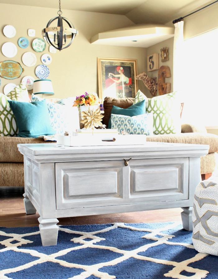Table basse blanche, tapis géométrique bleu et blanc, canapé beige peinture pour meuble de cuisine, repeindre un meuble bois coloré