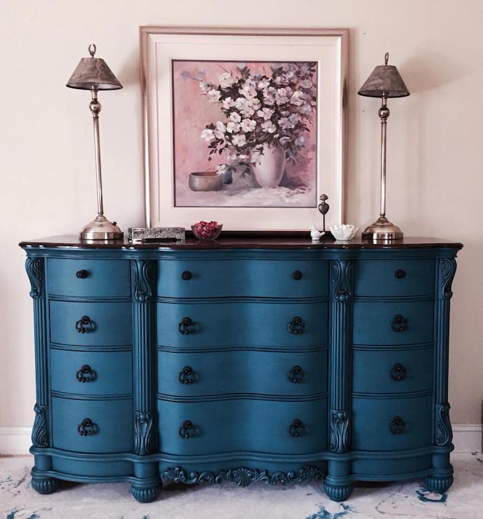Bleu cabinet avec beaucoup de placards, lampes et peinture vase avec fleurs relooker un meuble en bois, idée meuble peint pour rénovation