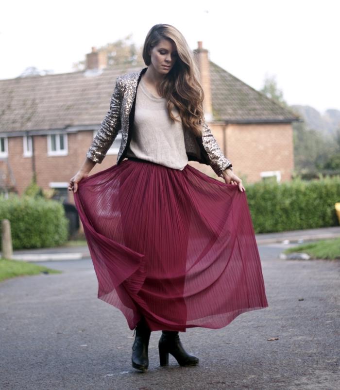 idée couleur tendance vêtements femme hiver 2019, modèle de jupe longue fluide bordeaux avec blouse beige