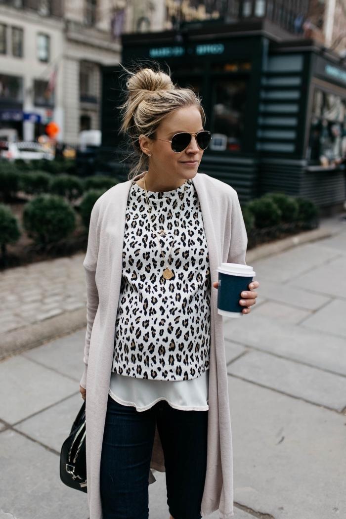 vetement femme enceinte, look grossesse en blouse léopard avec gilet long et pantalon noir, coiffure messy bun