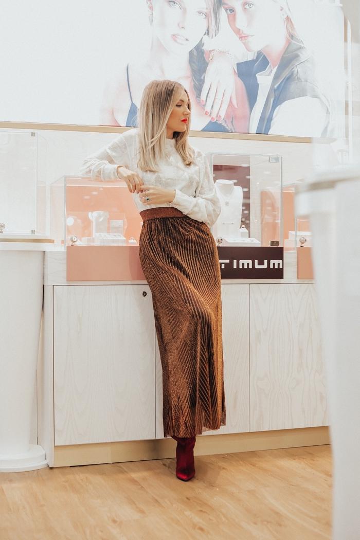 idée tenue de soirée femme élégante en marron et blanc, exemple comment porter une jupe en daim taille haute