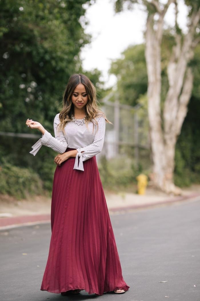look femme stylé en jupe bordeaux et top blouse blanches avec manches originales, idée tenue femme chic