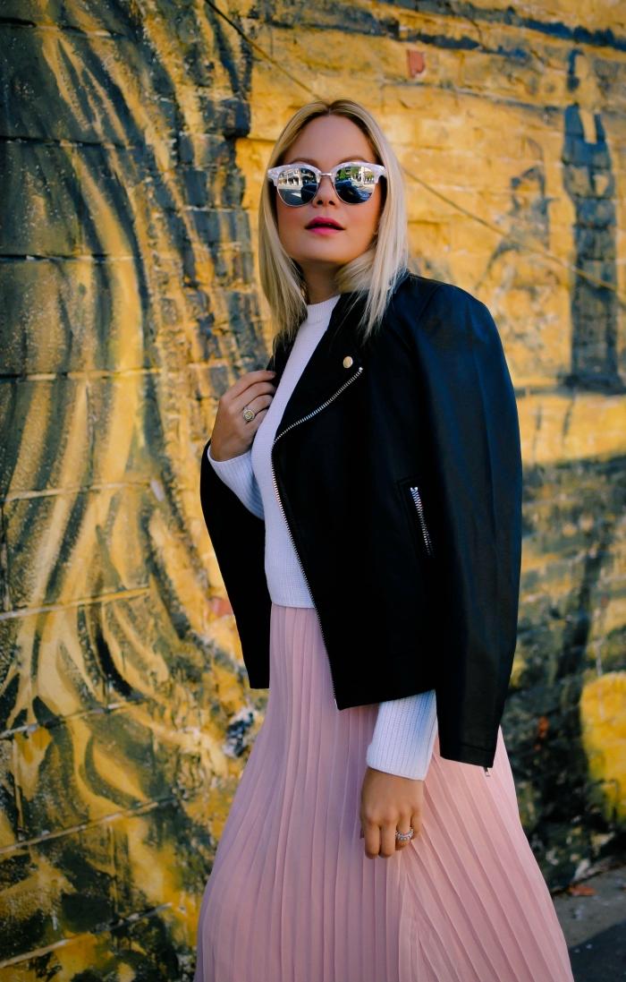 exemple comment assortir une jupe midi plissée de couleur rose, idée tenue chic femme en jupe et blouse avec veste simili cuir